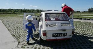 maluch-w-maluchu-45-years-old-boy-is-driving-fiat-126p-on-the-track-1080p_25fps_h264-128kbit_aac-mp4_snapshot_00-17_2016-09-15_08-04-53_1440x655c