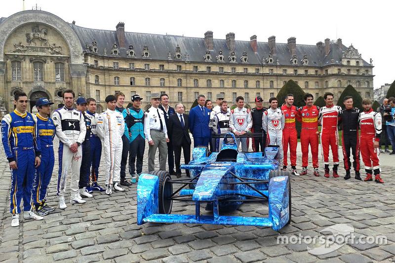 formula-e-paris-eprix-2016-drivers-group-photo-with-alejandro-agag-formula-e-ceo-and-jean
