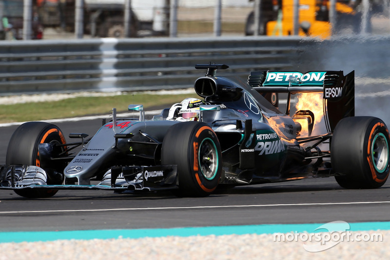 f1-malaysian-gp-2016-lewis-hamilton-mercedes-amg-f1-w07-hybrid-retired-from-the-race-with-1