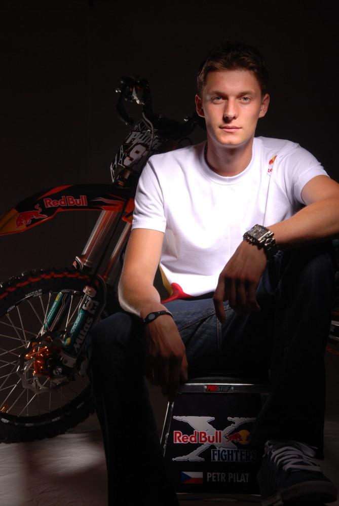 Petr_Pilat_portret_s_motorkou